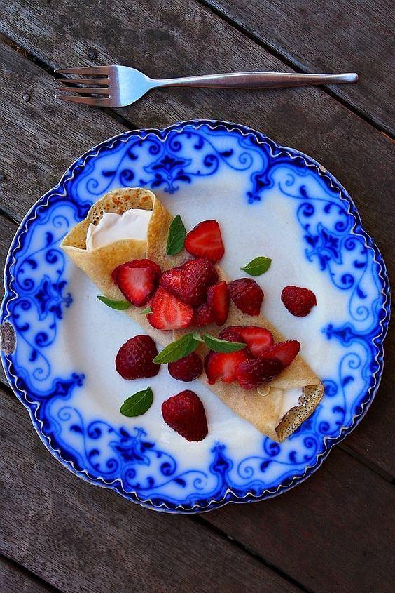 Naleśniki razowe z truskawkami i lekkim serkiem
