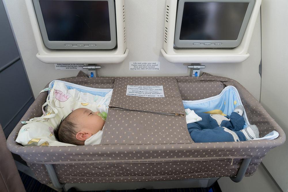 Na dłuższych (międzykontynentalnych) trasach linie lotnicze udostępniają kocyki oraz łóżeczka turystyczne dla małych dzieci