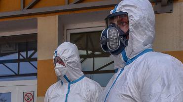 Koronawirus w Polsce. Służby w strojach ochronnych przed zielonogórskim szpitalem. 5 marca 2020