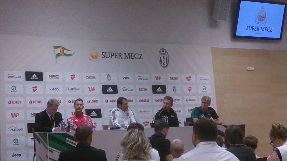 Konferencja prasowa przed meczem Lechia - Juventus. Stefan Lichtsteiner (drugi z lewej), Massimiliano Allegri (w środku).