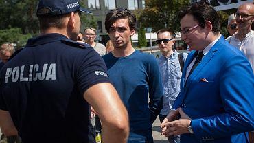Od lewej: rzecznik policji Sylwester Marczak, Dawid Winiarski i mecenas Jarosław Kaczyński   podczas konferencji prasowej osób zatrzymanych przez policję podczas protestu pod sejmem.