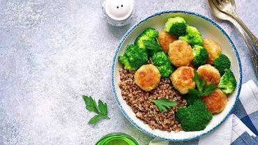 Witamina B6 występuje w wielu różnych produktach żywnościowych, zarówno pochodzenia roślinnego, jak i zwierzęcego. Do najbogatszych źródeł należą mi.in.: kasza gryczana, ciecierzyca, drożdże piwowarskie, ryby, mięso (indyk, wieprzowina), ziemniaki i brokuły.
