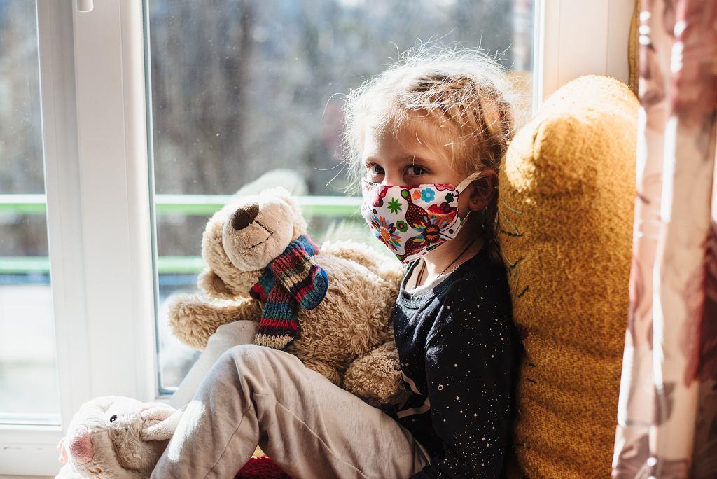 Dziecko, którego rodzice mają COVID-19 powinny być pod opieką osoby trzeciej