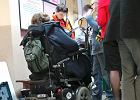 Niepełnosprawna na wózku zaklinowana w urzędzie na Pradze