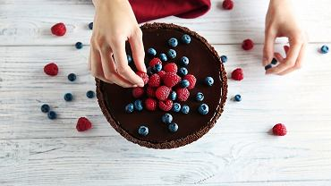 Tarta czekoladowa jest pyszna z dodatkiem owoców, zwłaszcza malin, truskawek, jagód albo borówek