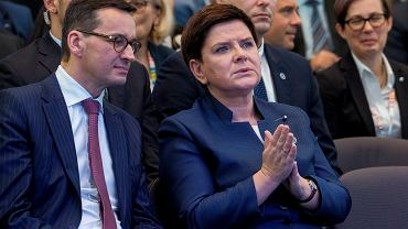 Przyszły premier Mateusz Morawiecki, odchodząca premier Beata Szydło (fot. Patryk Ogorzałek/AG)