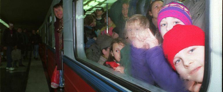 25 lat temu otwarto warszawskie metro. Trzy wagony i potworny ścisk. Zamiast reklam były zegary [ZDJĘCIA]