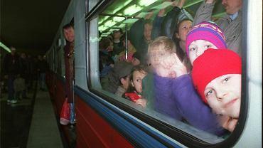 Tłumy warszawiaków w dniu otwarcia pierwszej linii metra 7 kwietnia 1995 roku, stacja Politechnika