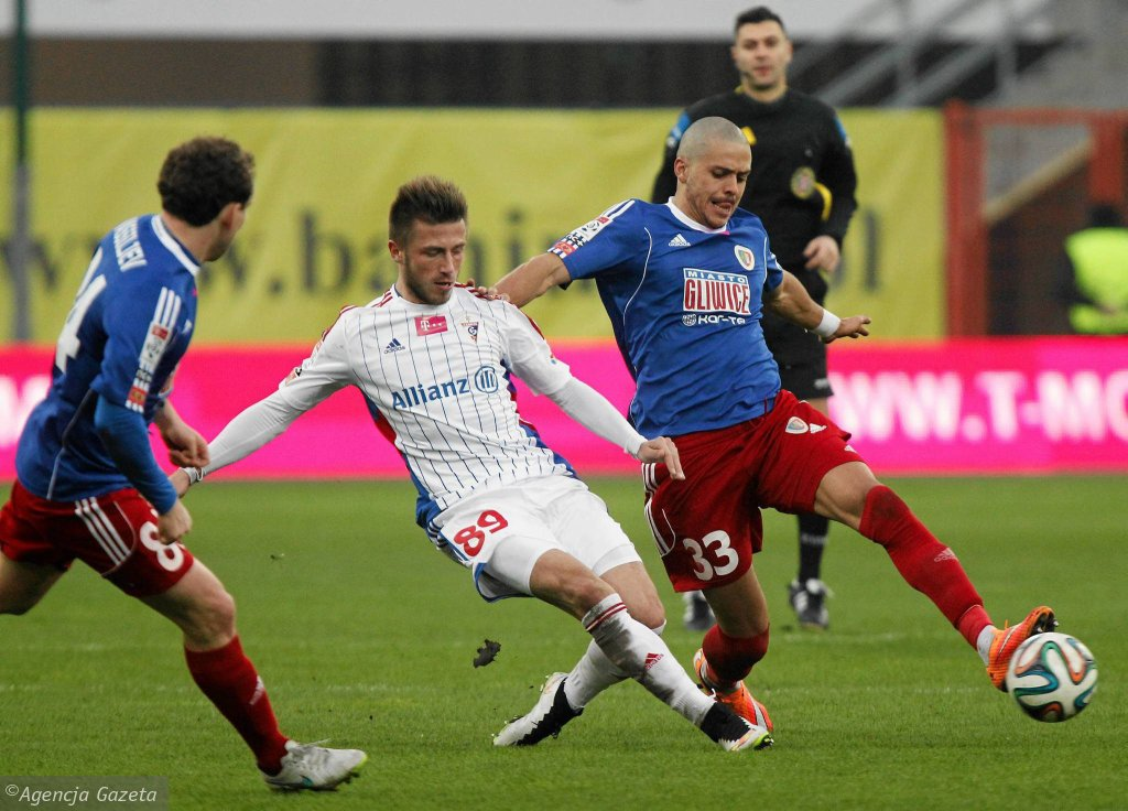 Wojciech Łuczak (na biało) w meczu Piast - Górnik Zabrze 2:2