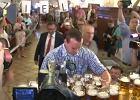 Jak wygląda bicie rekordu świata w noszeniu kufli z piwem? Zobaczcie