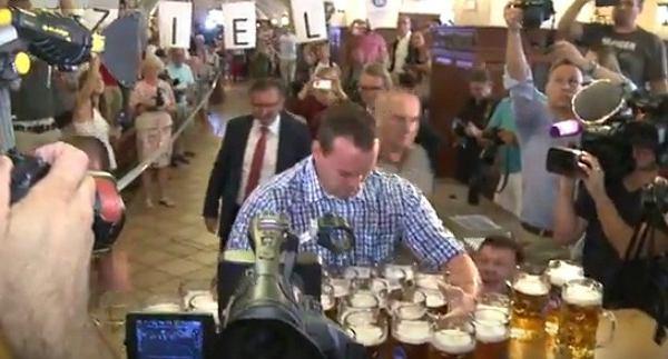 Rekord świata w noszeniu kufli z piwem