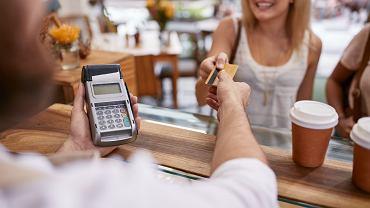 Jak i czym płacić za granicą? Revolut, karta walutowa, konto walutowe? Ile to kosztuje?