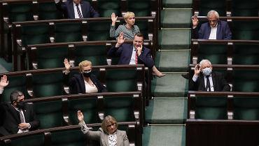 Prezes Jarosław Kaczyński i jego partyjni podwładni podczas głosowania. Warszawa, Sejm, 12 maja 2020