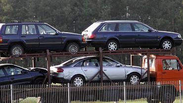 Laweta z używanymi autami na drodze między Warszawą a Białymstokiem, lipiec 2006 r.