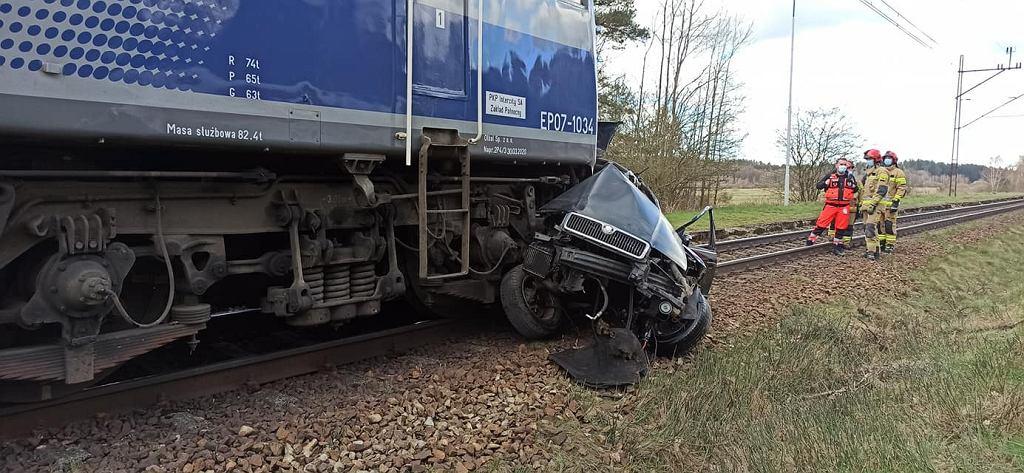 Zachodniopomorskie. Wypadek na niestrzeżonym przejeździe kolejowym w Nielepie. Nie żyje 26-letni kierowca