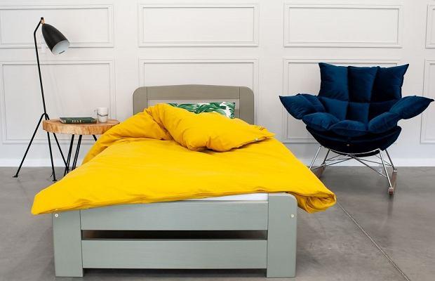 Łóżko drewniane w rozmiarze 90x200 cm - tworzy świetny duet z żółtymi dodatkami