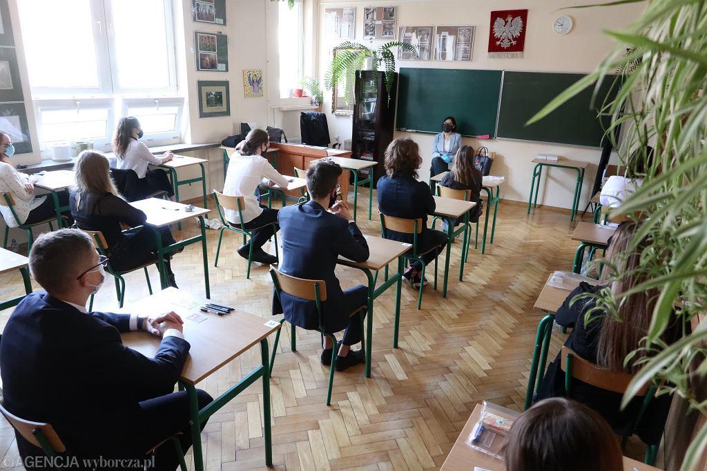 Niektóre kraje europejski z powodu pandemii zrezygnowały z egzaminów końcowych w szkołach średnich. Wielka Brytania odwołała egzaminy ogólnokrajowe. Nauczyciele wystawią końcowe oceny na podstawie dotychczasowych osiągnięć uczniów
