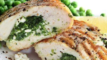 Co na obiad? Faszerowana pierś z kurczaka. Podpowiadamy, jak ją przyrządzić