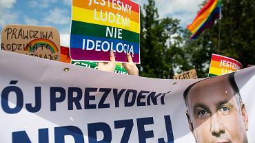 Protestujący przeciwko homofobicznym wypowiedziom prezydenta