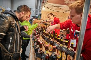 Piwo z dodatkiem byczych jąder, ale też z syropami glukozowymi i kukurydzą. Jakiej jakości jest piwo sprzedawane w polskich sklepach?