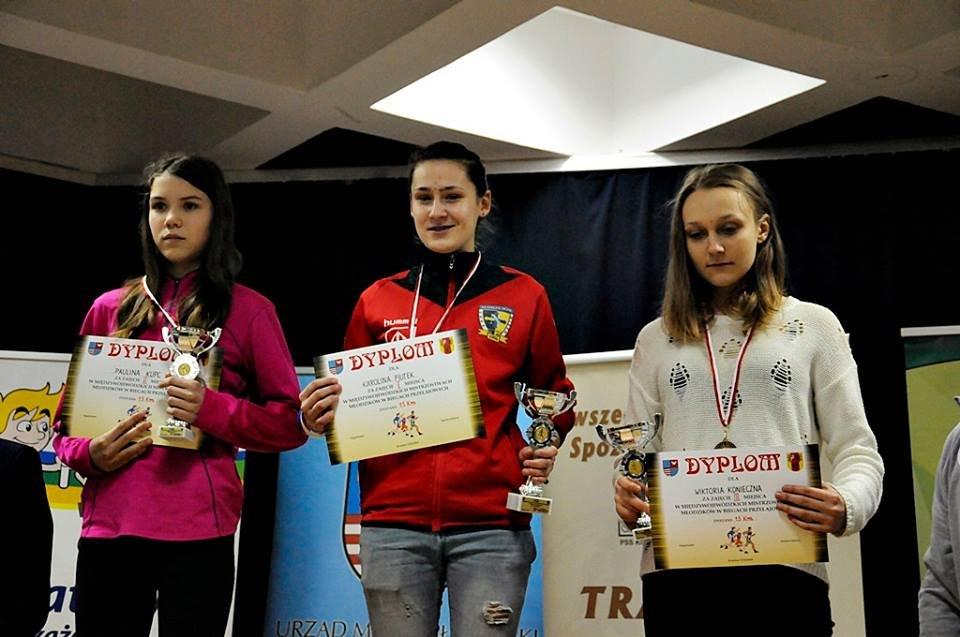 Najlepsze młodziczki na 1500 m, od lewej Paulina Kupc (Omega Kleszczów), Karolina Fiutek (Nadir Jędrzejów) i Wiktoria Konieczna (BKL Bełchatów)