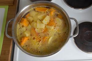 Gotując ziemniaki, dorzuć marchewkę, a nie stracą witamin - tak radzą ludzie. Prawda? Zapytaliśmy dietetyczkę