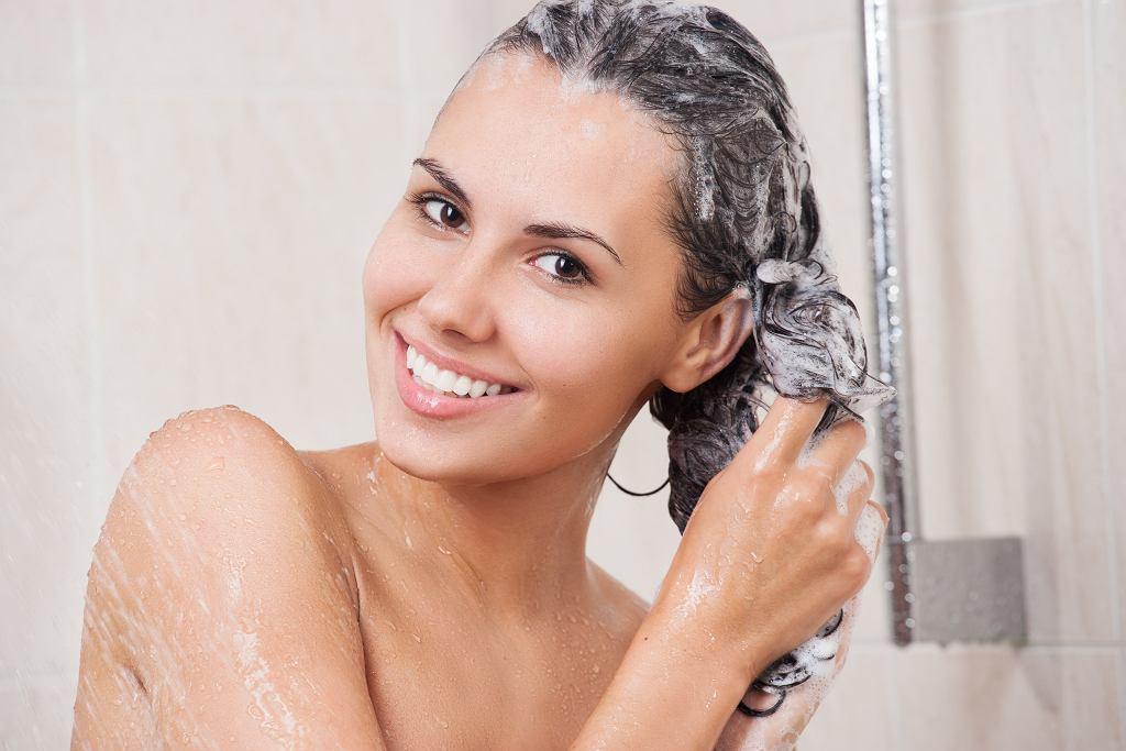 Jak prawidłowo myć włosy, żeby nie były tłuste? O tym musisz pamiętać