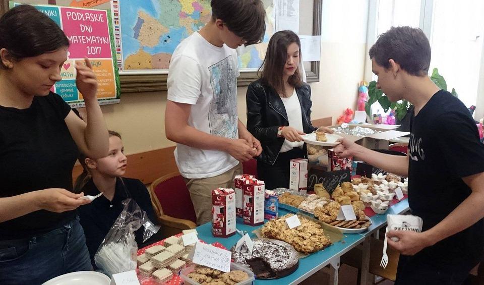 Wolontariusze z Zespołu Szkół Społecznych Fundacji Edukacji 'Fabryczna 10' organizują kiermasze i kwesty
