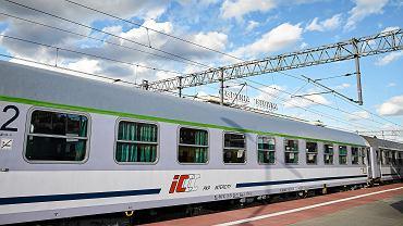 Pociąg Intercity na dworcu kolejowym Gdynia Główna.