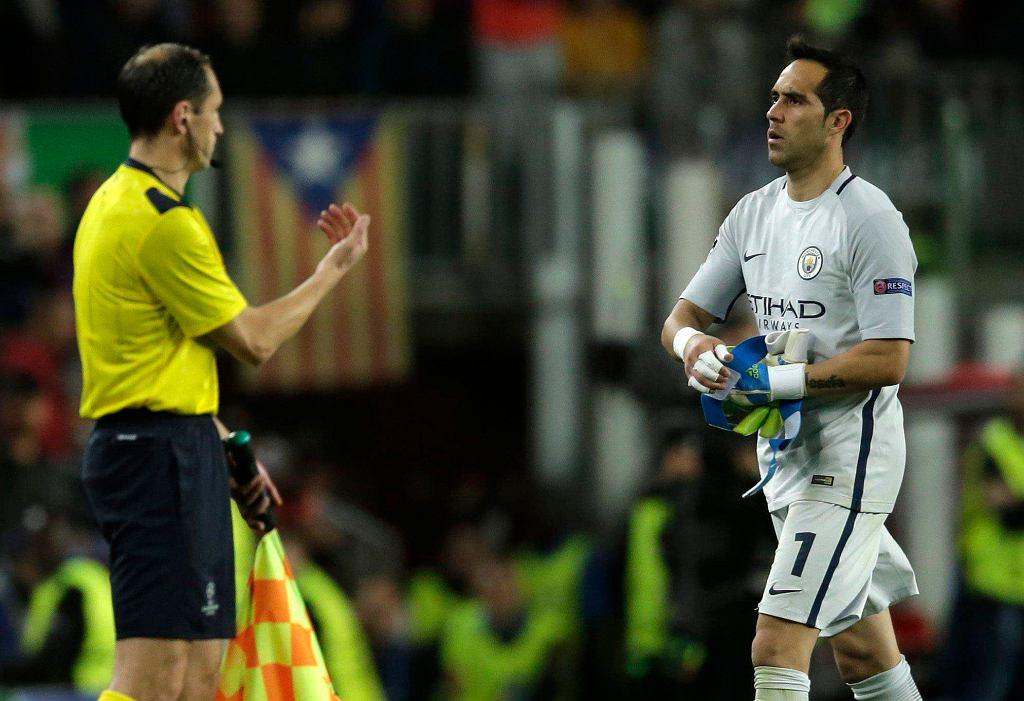 Claudio Bravo, bramkarz Manchesteru City opuszcza boisko po czerwonej kartce w meczu z Barceloną