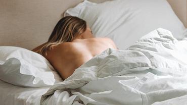 6 korzyści ze spania nago, o których nie miałaś pojęcia