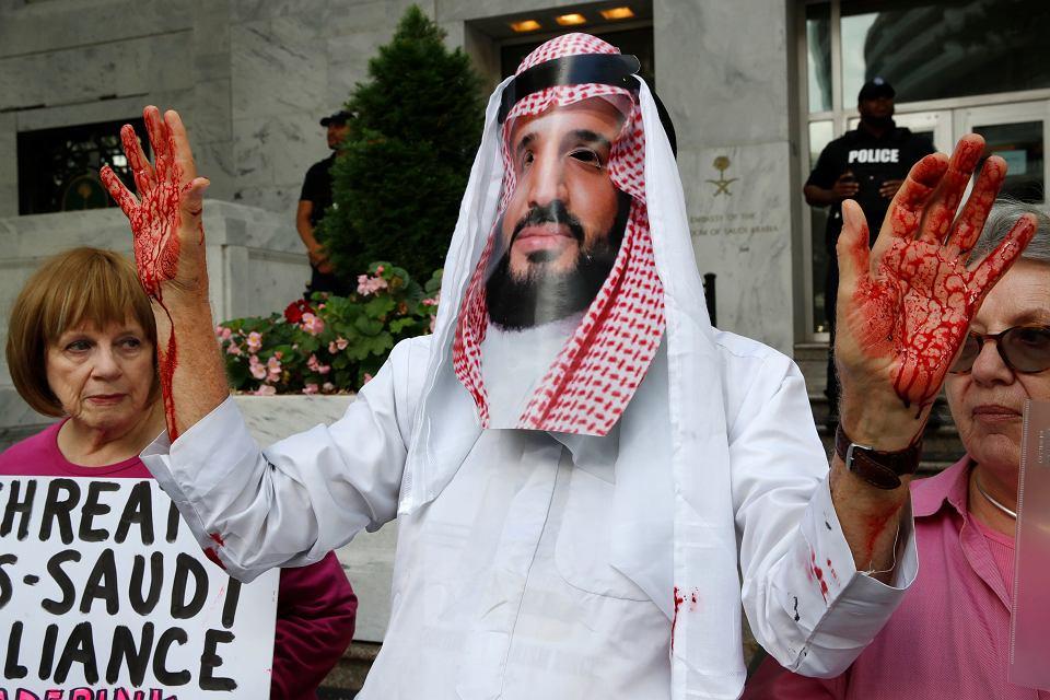 Protest przed ambasadą Arabii Saudyjskiej w Waszyngtonie. Centralna postać z maską księcia Muhammada ibn Salmana, młodego władcy kraju. 10 października 2018 r.