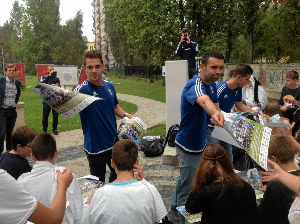 Piłkarze Wisły podczas wizyty w płockich szkołach rozdawali upominiki