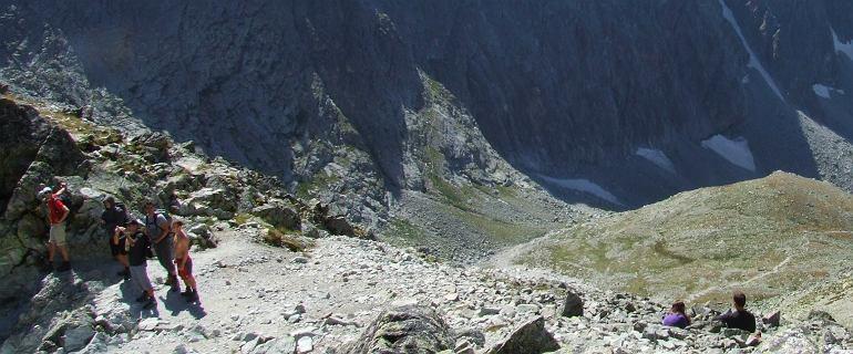 Tragiczna śmierć w Dolinie Jaworowej. Schodząc z przełęczy, po kolei padali na kolana