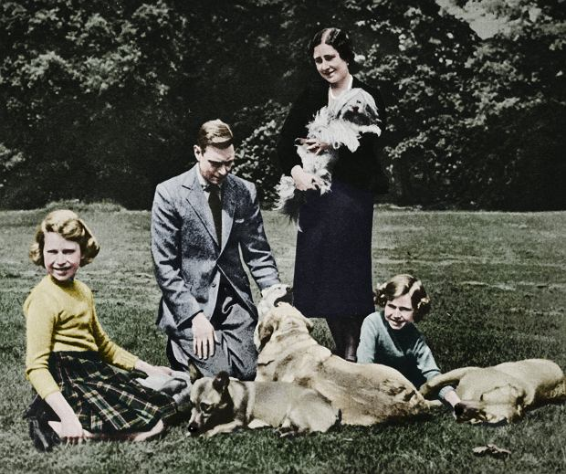 Królowa Matka z mężem i córkami