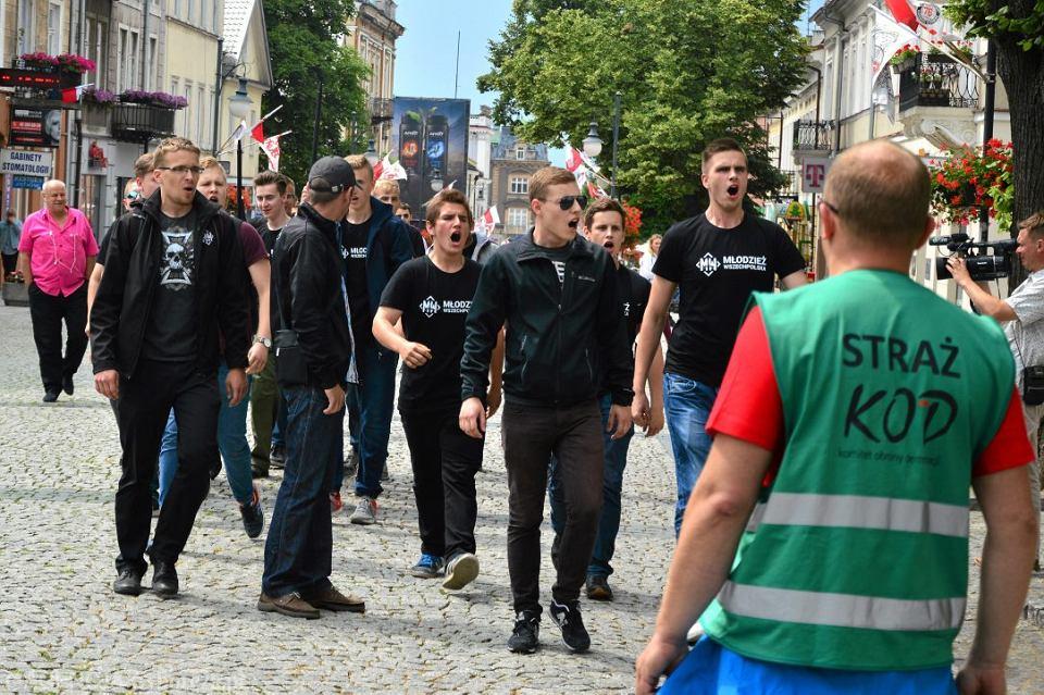 Atak członków Młodzieży Wszechpolskiej na KOD podczas obchodów radomskiego czerwca. Radom 25.06.2017