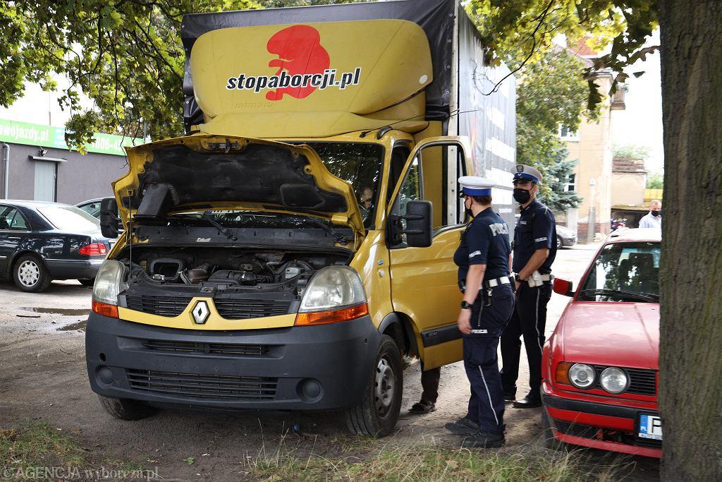 17 sierpnia 2020 r. Homofobiczna furgonetka fundacji Pro - Prawo do życia wyjechała na ulice Poznania. Przed kościołem na Górczynie zatrzymała ją policja