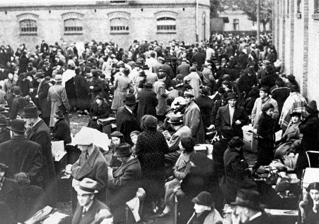Zbąszyń, 29 października 1938 r. Polscy Żydzi tuż po deportacji z Niemiec zgromadzeni na terenie ujeżdżalni koni w dawnych koszarach wojskowych.