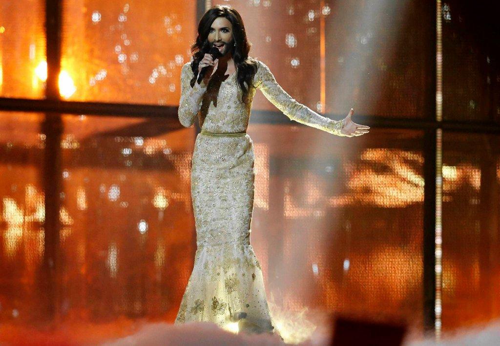 Conchita Wurst, kontrowersyjna reprezentantka Austrii na Eurowizji, wykonuje utwór