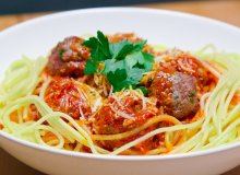 Spaghetti z klopsami mięsnymi i sosem pomidorowym - ugotuj