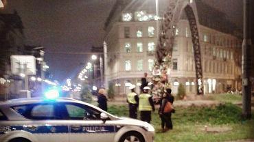 Policja karze mandatem osoby pod tęczą na pl. Zbawiciela