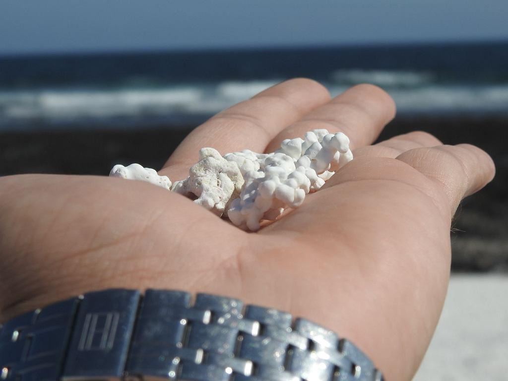 Plaża na Wyspach Kanaryjskich pokryta jest białym piaskiem, który wygląda jak popcorn.