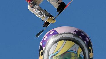Amerykanin Ryan Stassel i popularna rosyjska matrjoszka, która jest bardzo popularnym motywem w Soczi.