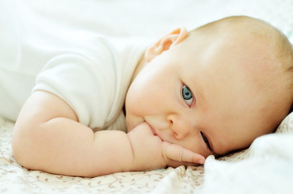 Dlaczego niemowlę ssie rączki?