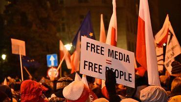 16 grudnia 2016 pod Sejmem protestowało kilka tysięcy osób w obronie wolności mediów.