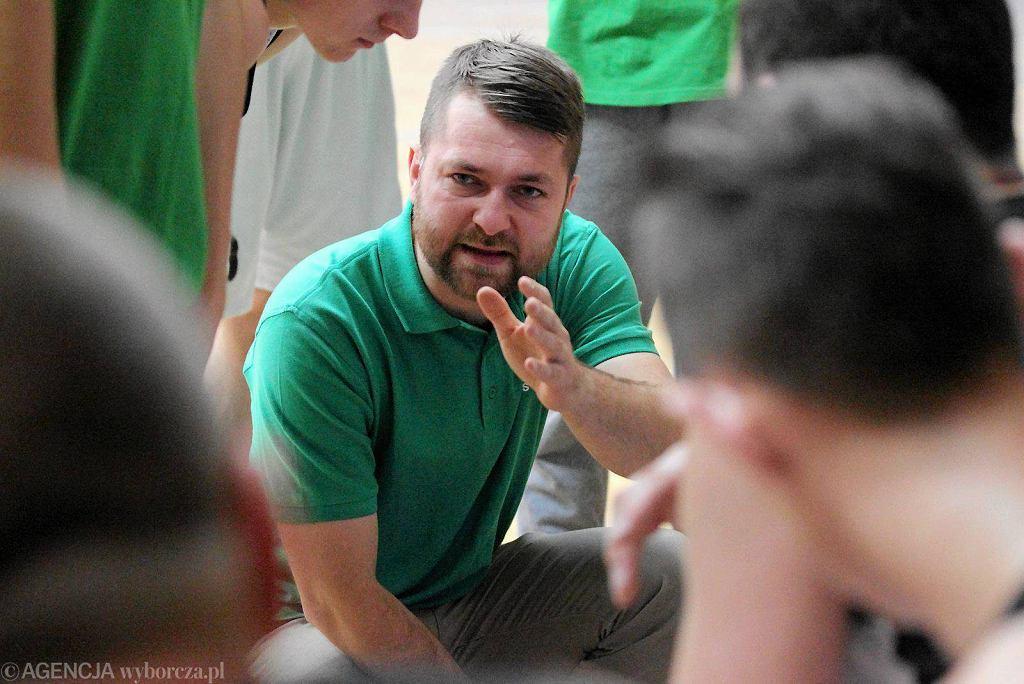 Trener Piotr Wirchanowicz podczas meczu UKS Trójeczka Olsztyn