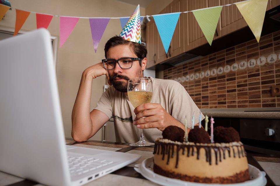 Drinki pite na imprezie online przed ekranami laptopów i tabletów zyskały własną nazwę, to 'quarantini'