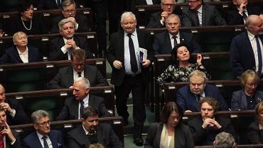 'Trzeba to nazwać wprost: to była próba puczu. Sygnały o takiej możliwej próbie przejęcia władzy docierały już do nas wcześniej' - mówi prezes PiS Jarosław Kaczyński (n/z w sejmowych ławach, wśród podwładnych)