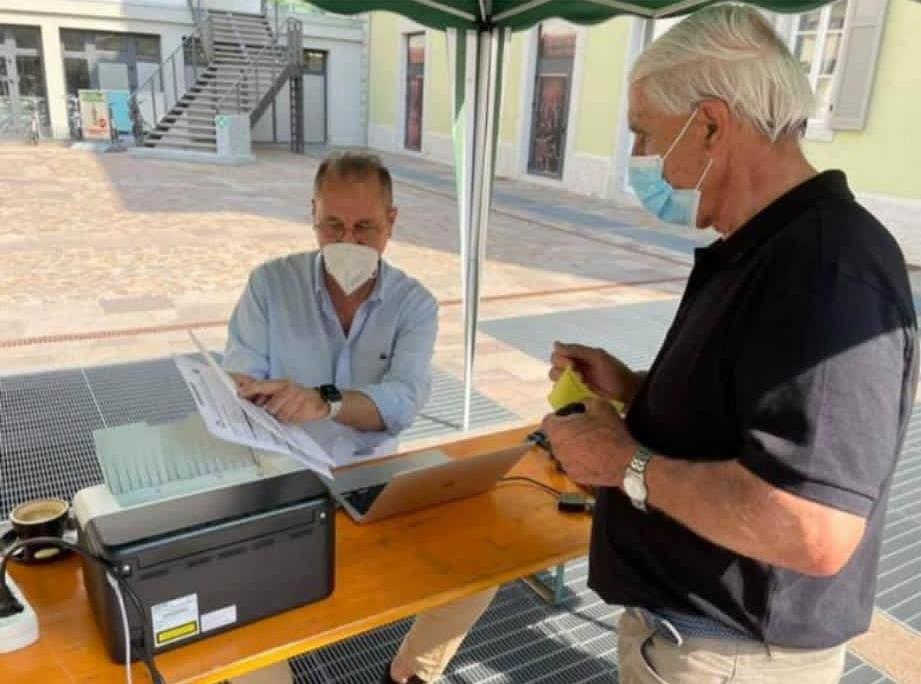 Doktor Giorgio Devigili przekonuje mieszkańców Mezzolombardo do szczepienia