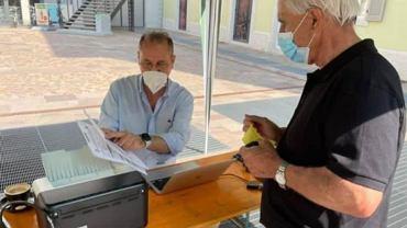 Włochy. 500 plus namówionych na szczepienie. Lekarz rozkłada stolik przy targu i przekonuje mieszkańców